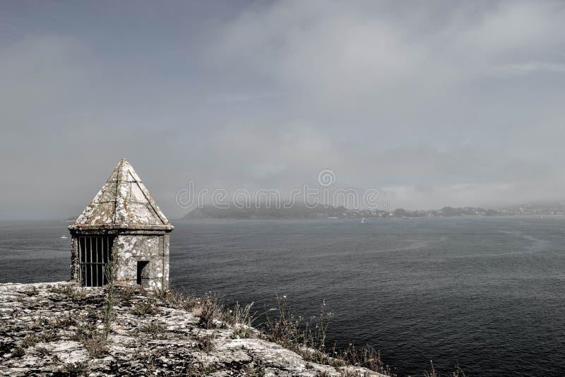 Mały stary więzienie lub więzienie na wierzchołku wzgórze przed se zdjęcie stock