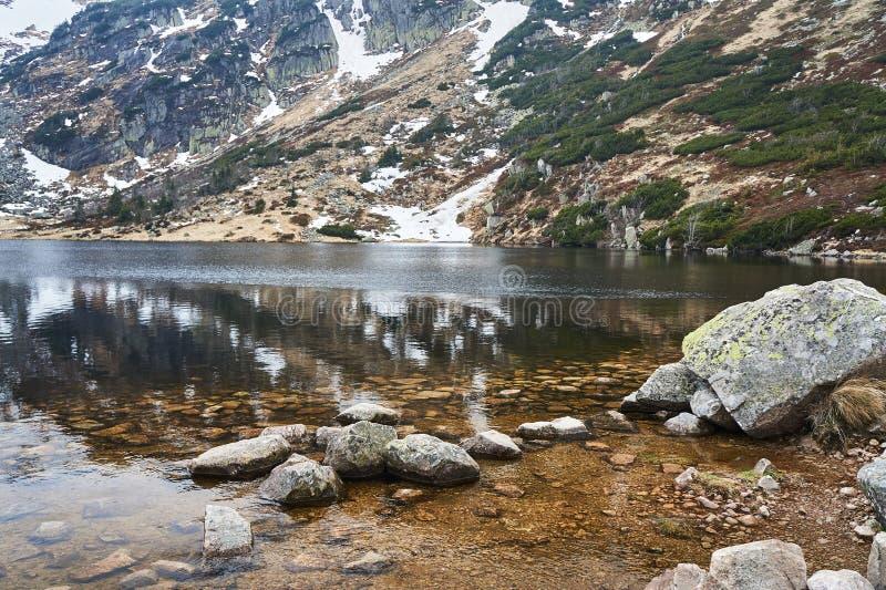 Mały staw w Gigantycznych górach w zimie fotografia stock