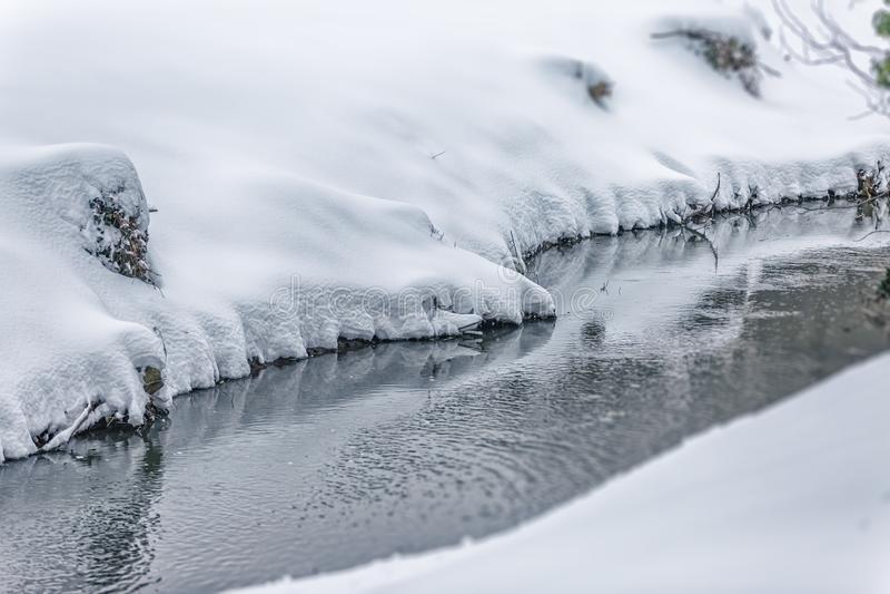 Mały strumień w śniegu obraz stock