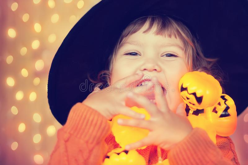 Mały szczęśliwy dzieciak z Halloween dekoracjami, piękni lightings obraz stock