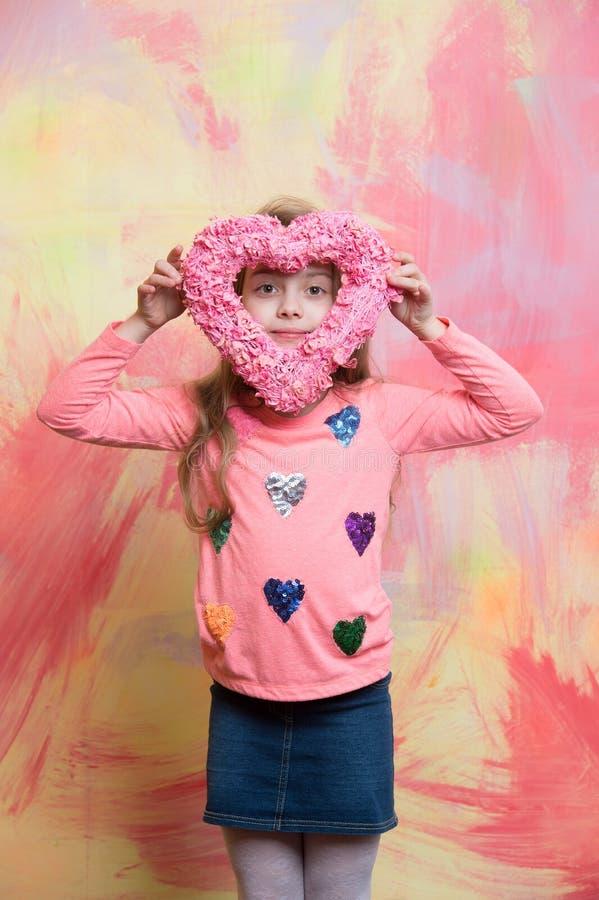 Mały szczęśliwy dziewczynki mienia valentines dnia dekoracyjny różowy serce obraz stock