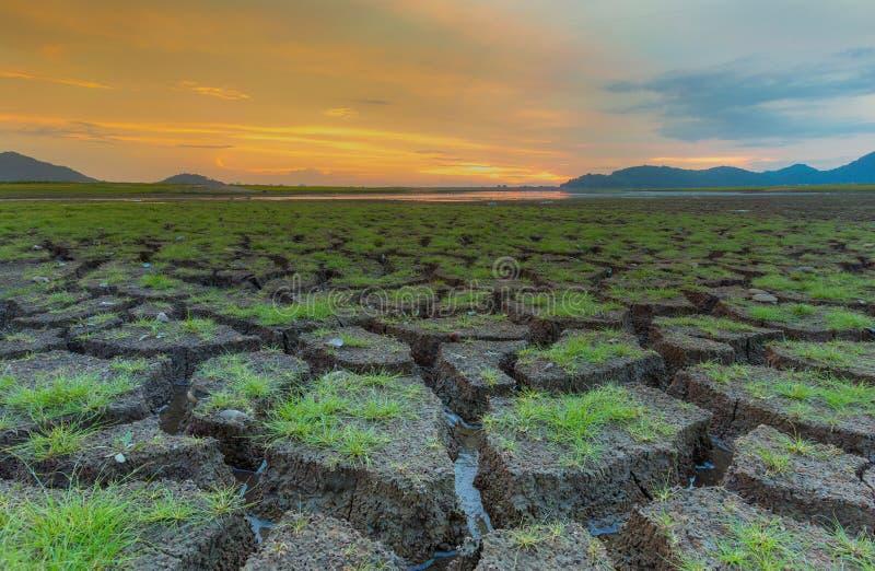 Mały szkło nad clack ziemią z dramatyczną zmierzch linią horyzontu zdjęcia stock