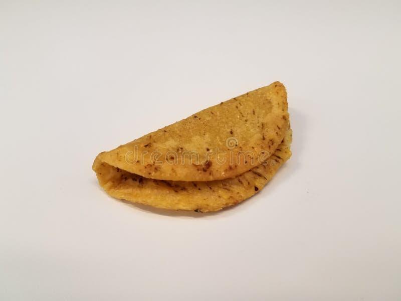 Ma?y taco z kukurydzanego tortilla skorup? na bielu stole lub powierzchni zdjęcie stock