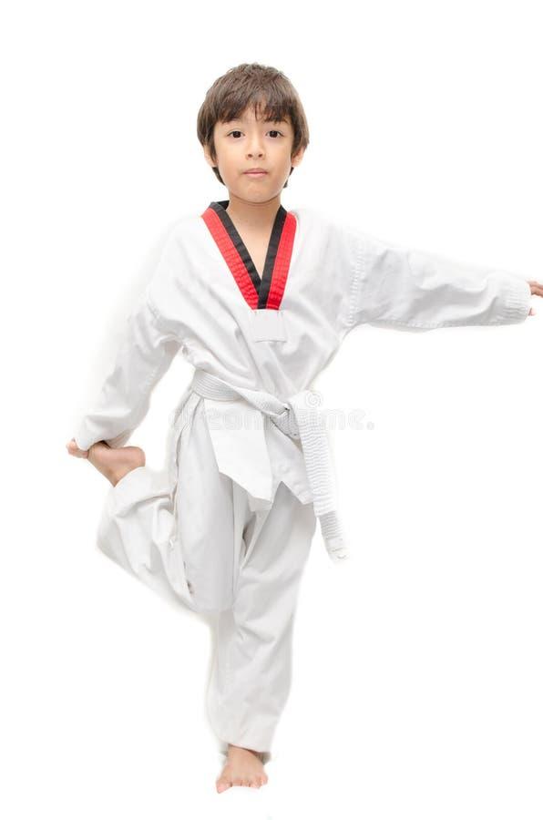 Mały tae kwon robi chłopiec sztuce samoobrony grzać up fotografia royalty free