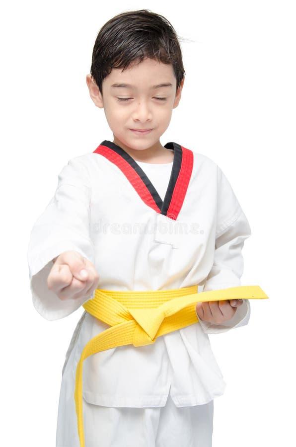 Mały tae kwon robi chłopiec sztuki samoobrony koloru żółtego paskowi zdjęcia stock