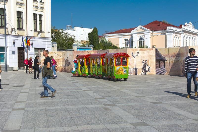 Mały tramwaj na kwadracie stacza się dzieci obraz royalty free