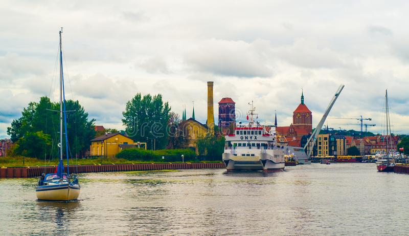 Mały turystyczny statek i jacht w Gdańskim, Polska zdjęcia stock