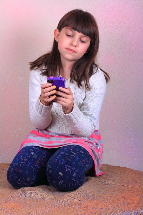 Mały Tween dziewczyny Texting zdjęcia stock