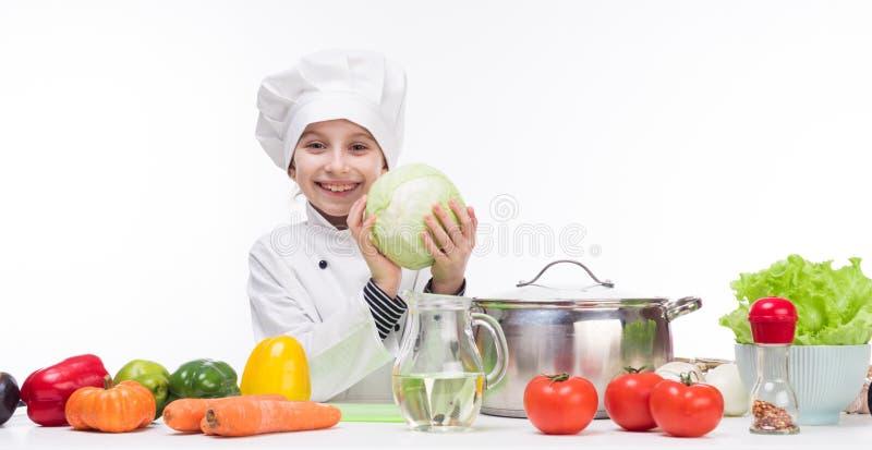 Mały uśmiechnięty Cook z kapustą w rękach obrazy royalty free