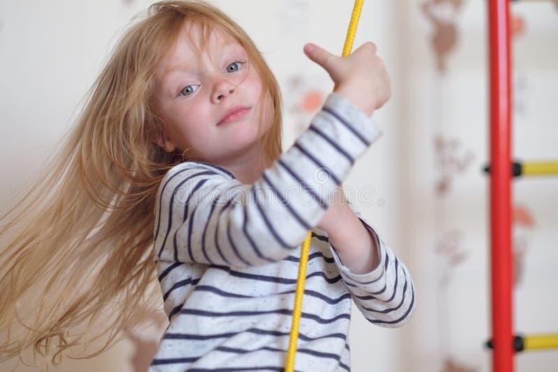 Mały uśmiechnięty dziewczyny chlania zakończenie w górę portreta obrazy royalty free