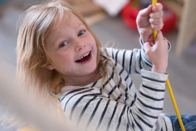 Mały uśmiechnięty dziewczyny chlania zakończenie w górę portreta zdjęcie royalty free