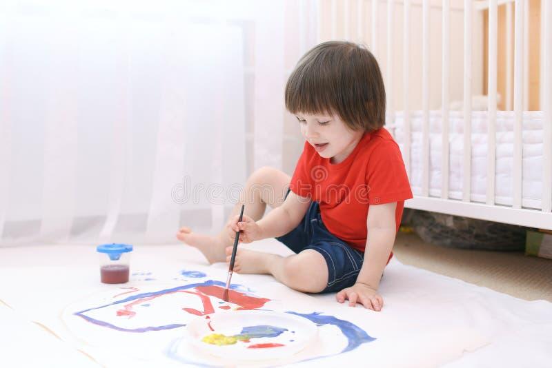 Download Mały Uroczy Dziecko Maluje Z Muśnięciem I Guaszem Zdjęcie Stock - Obraz złożonej z guasz, malutki: 57657822
