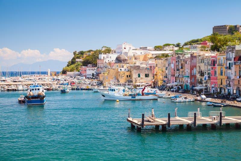 Mały Włoski grodzki pejzaż miejski z kolorowymi domami obrazy stock