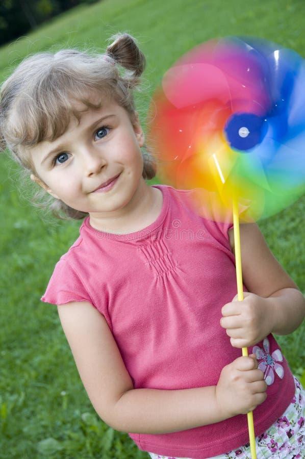 mały wiatrak słodką dziewczyną obraz royalty free