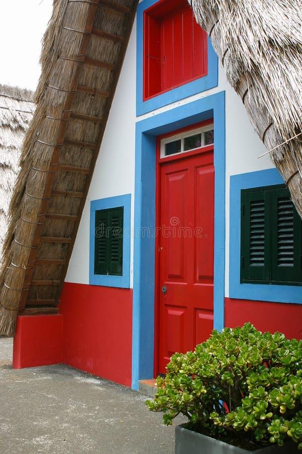 Mały wiejski dom z trójgraniastym pokrywającym strzechą dachem madeira obraz stock