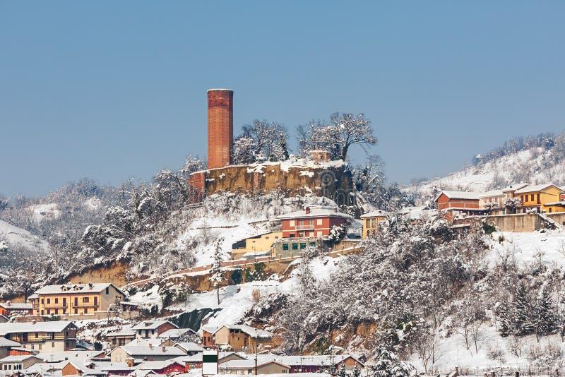 Mały willage zakrywający z śniegiem w Włochy obrazy stock