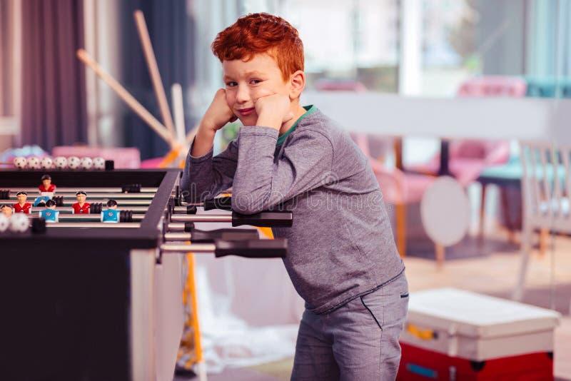 Mały wykształcony dziecko zanudza podczas gry obrazy royalty free