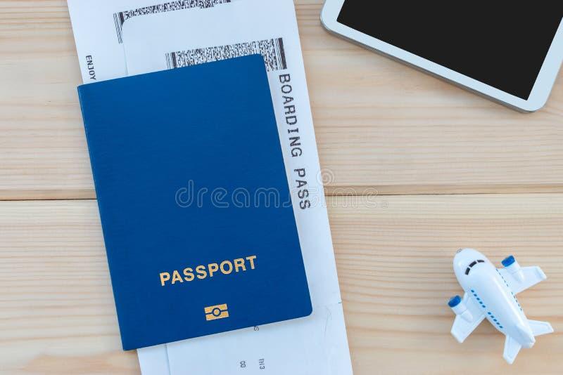 Mały zabawka samolot, błękitny paszport z abordaż przepustką i smartphon, zdjęcie royalty free