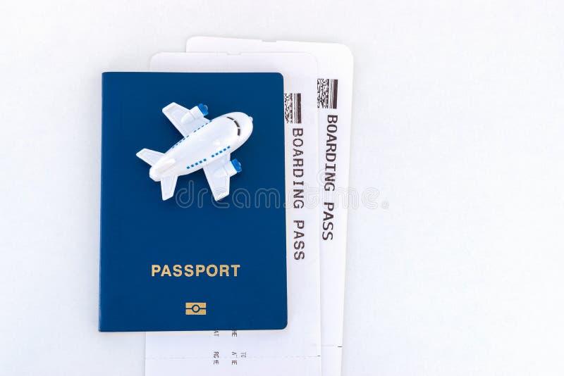 Mały zabawka samolot na górze błękitnego paszporta z abordaż przepustką obraz stock