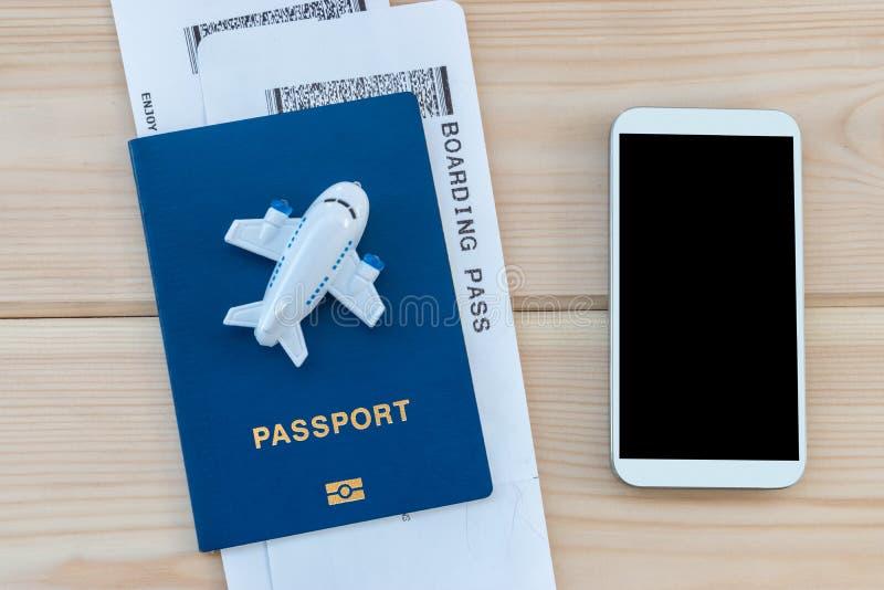 Mały zabawka samolot na górze błękitnego paszporta z abordaż przepustką fotografia stock