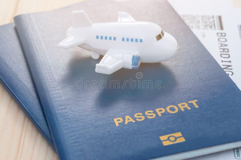 Mały zabawka samolot na górze błękitnego paszporta z abordaż przepustką obrazy stock