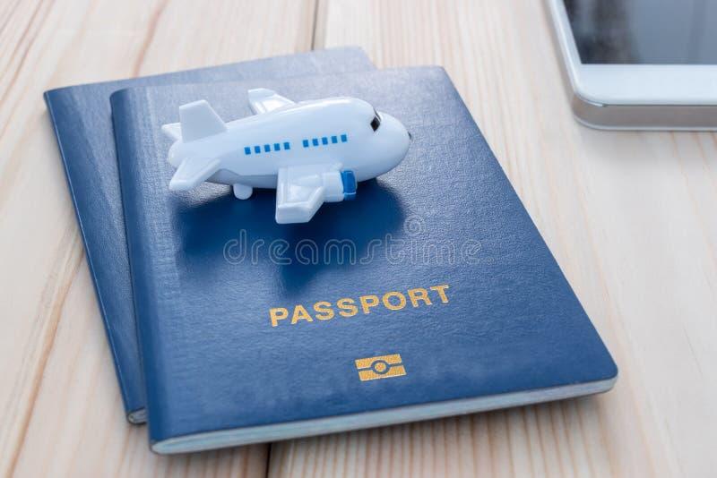 Mały zabawka samolot na górze błękitnych paszportów zdjęcia royalty free