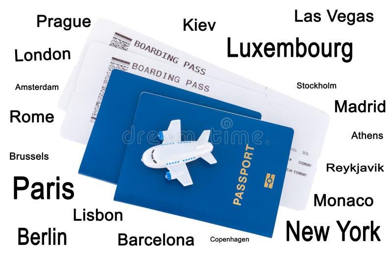 Mały zabawka samolot na górze błękitnych paszportów z abordaż przepustką obrazy royalty free