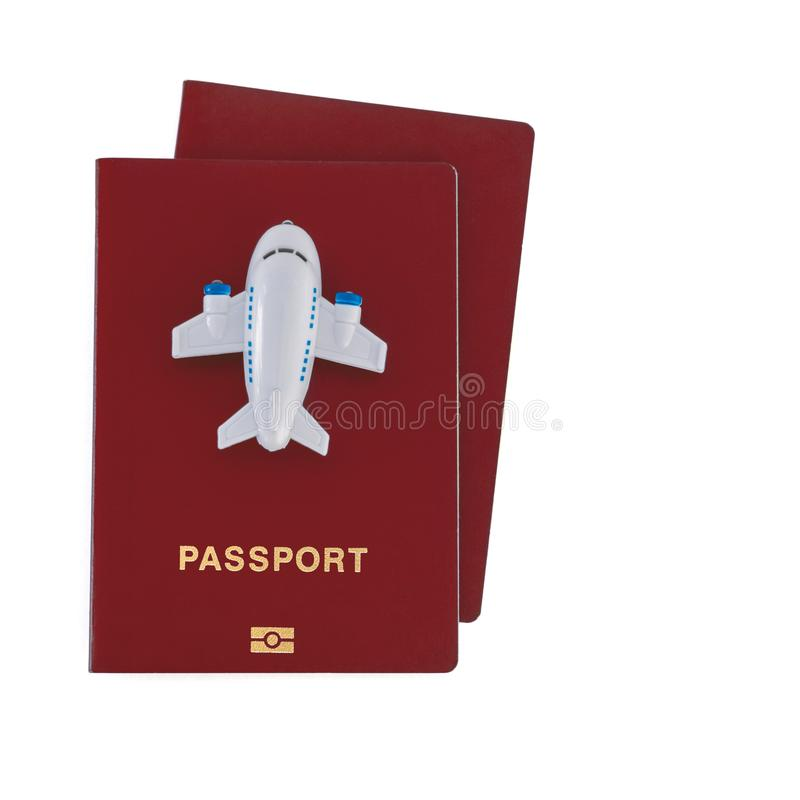 Mały zabawka samolot na górze dwa czerwonych paszportów obraz stock