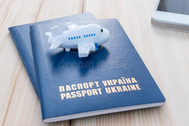 Mały zabawka samolot na górze Ukraina paszportów fotografia stock