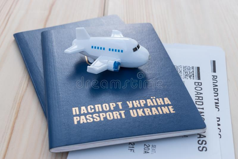Mały zabawka samolot na górze Ukraina paszportów z abordaż przepustką obraz stock