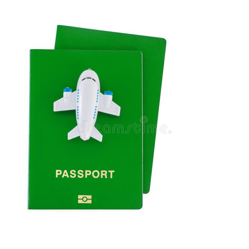 Mały zabawka samolot na górze zielonych paszportów fotografia stock
