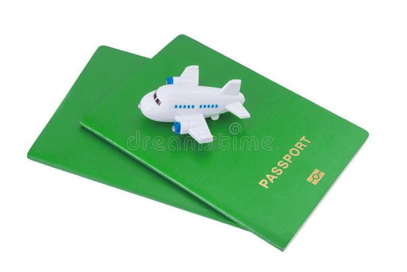 Mały zabawka samolot na górze zielonych paszportów fotografia royalty free