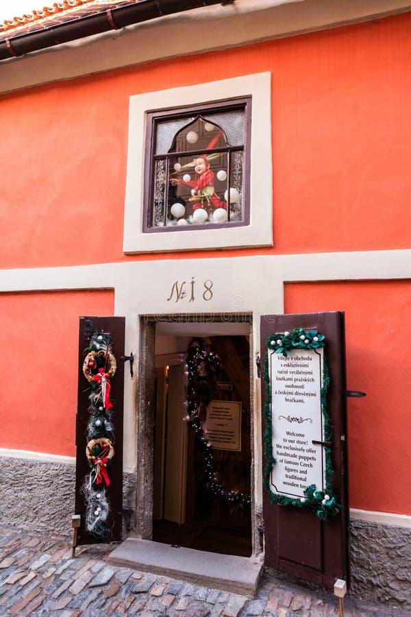 Mały zabawka sklep przy Złotym pasem ruchu w Praga kasztelu zdjęcia royalty free