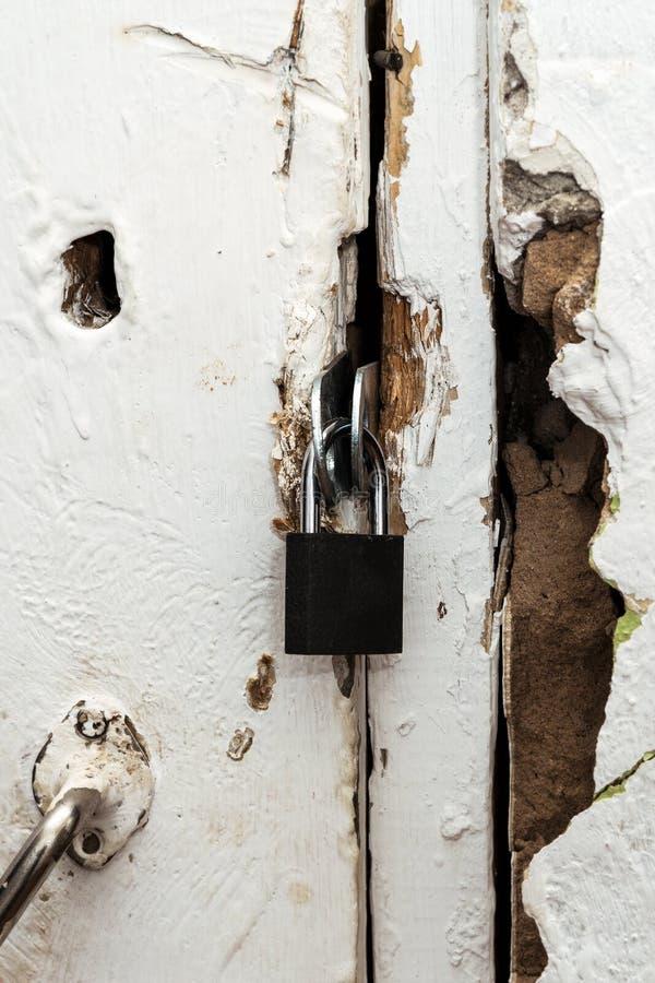 Mały zamknięty kędziorek na starym drzwi fotografia royalty free