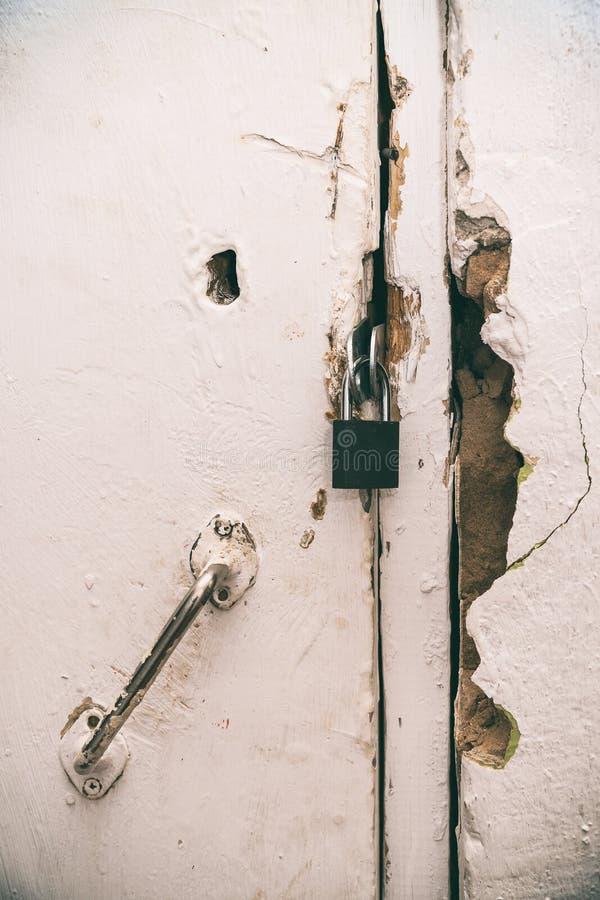 Mały zamknięty kędziorek na starym drzwi zdjęcie stock