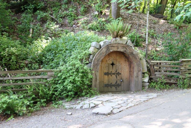 Mały zaokrąglony stary przyglądający drewniany drzwi obrazy royalty free