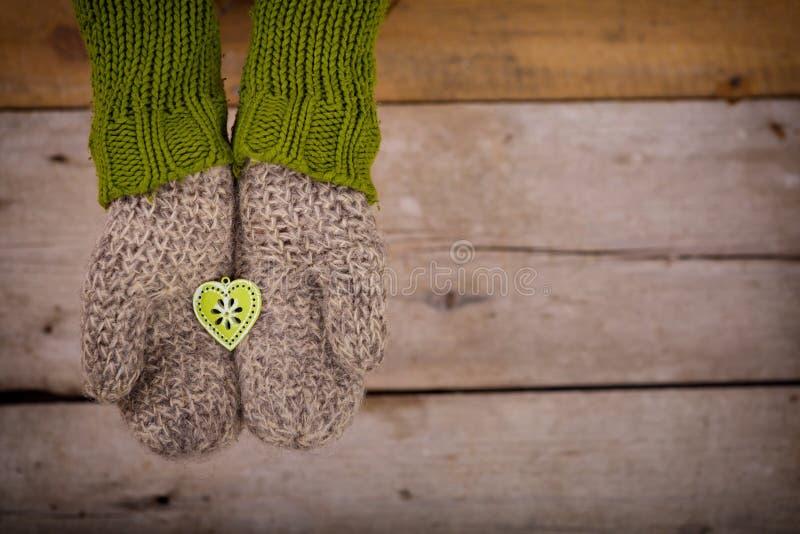 Mały zielony serce w rękach obraz royalty free