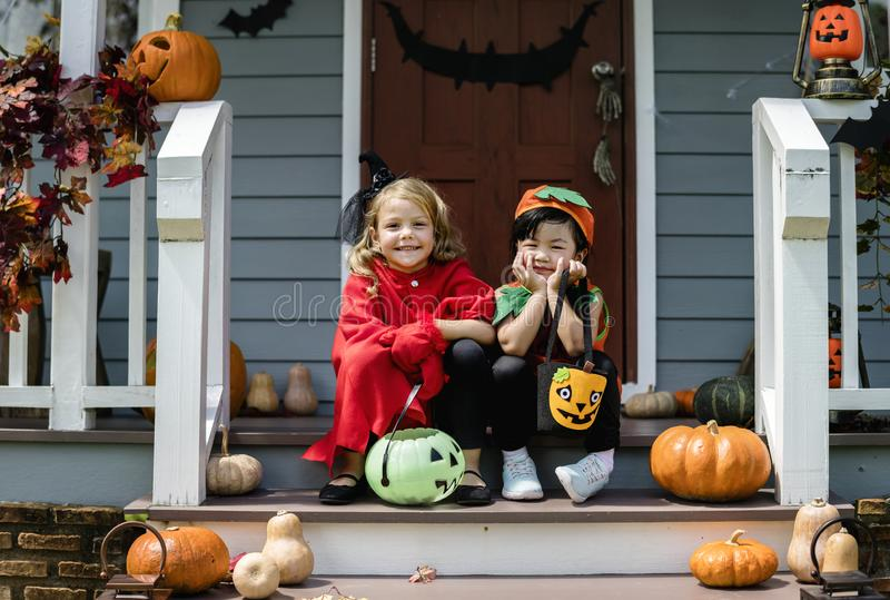 Małych dzieci częstowanie na Halloween lub sztuczka obraz stock