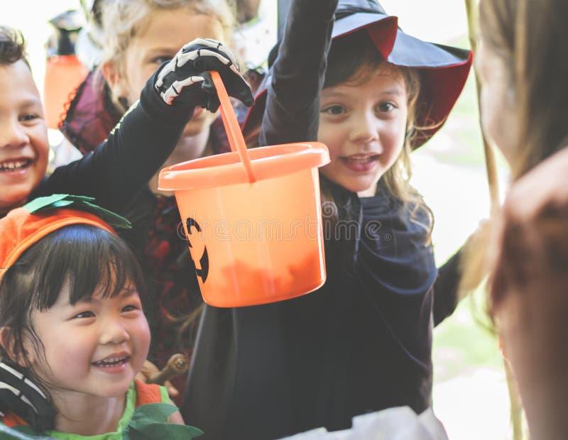 Małych dzieci częstowanie na Halloween lub sztuczka zdjęcie stock