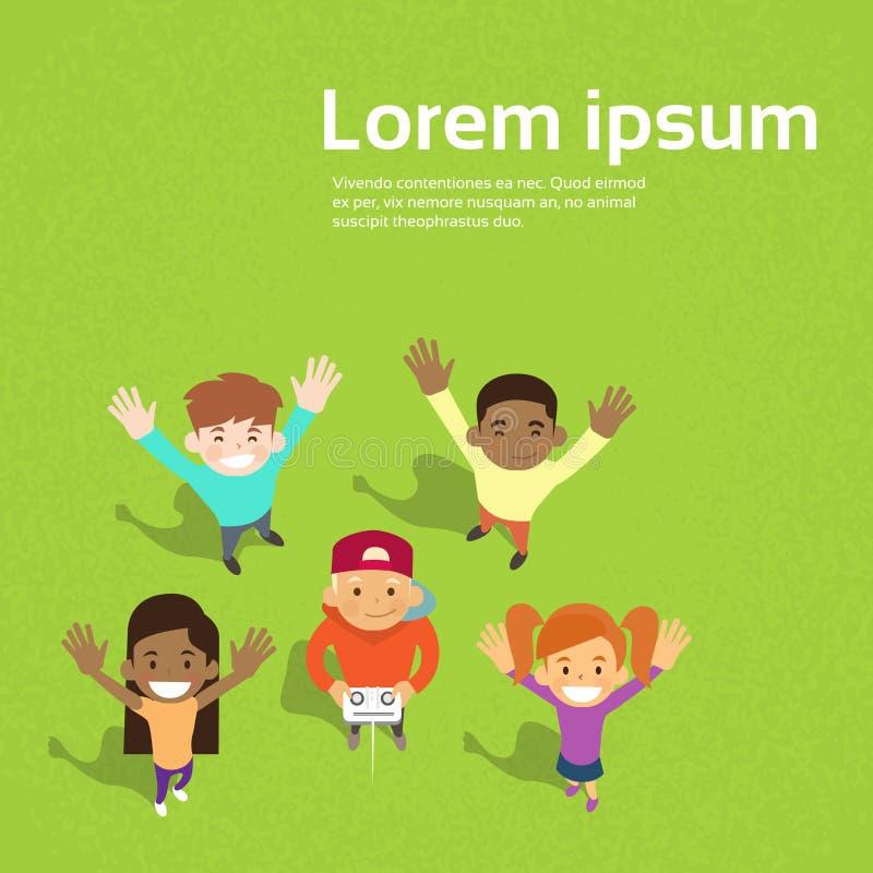 Małych dziecko w wieku szkolnym trutnia kamera wideo wizerunku falowania Grupowe ręki ilustracji