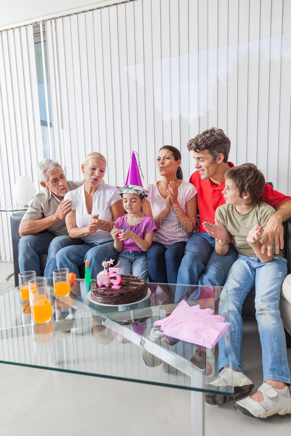 Małych dziewczynek podmuchowe świeczki na torcie out zdjęcia royalty free