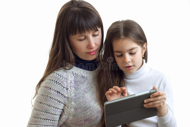 Małych dziewczynek przedstawienia jej matka obrazki na internet pastylce zdjęcia stock