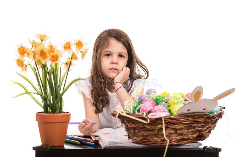 Małych dziewczynek rysunkowe Wielkanocne dekoracje zdjęcie stock