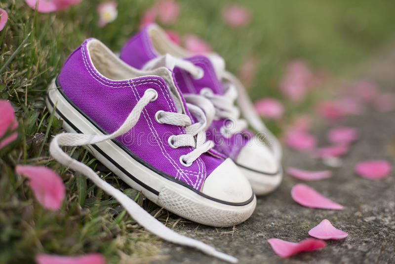 Małych dziewczynek sneakers buty fotografia royalty free