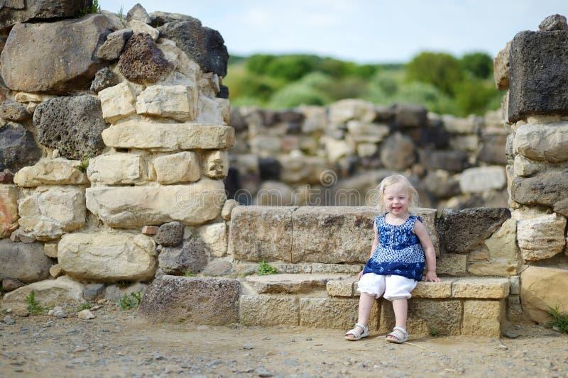 Małych dziewczynek zwiedzające dziejowe ruiny fotografia royalty free