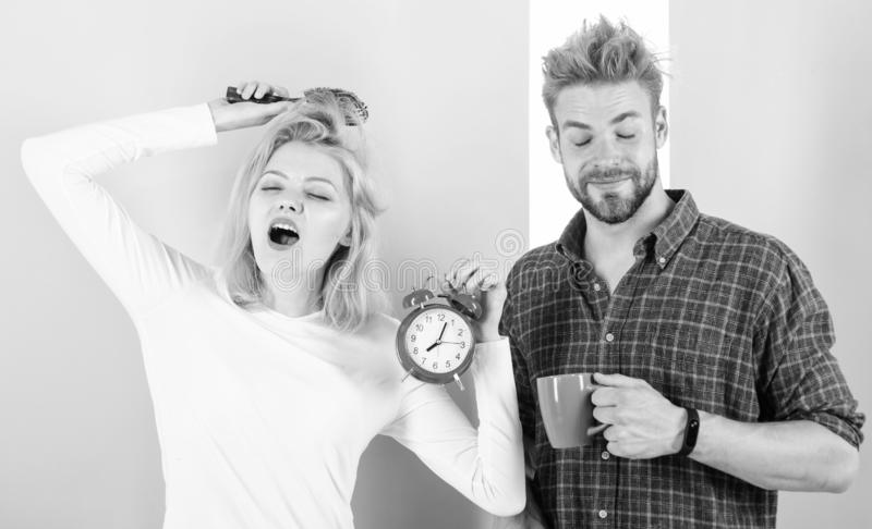 Ma?ana de los pares que despierta el despertador Cree el r?gimen sano del resto para dormir bastante ?ltimo r?gimen del pesar Deb foto de archivo libre de regalías