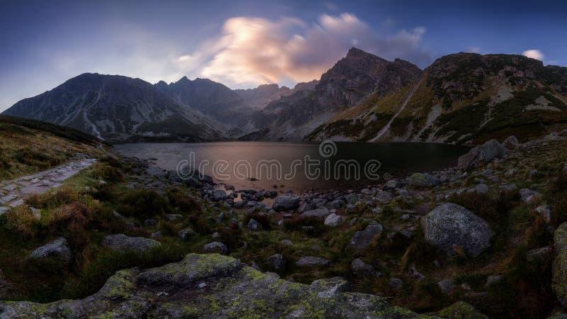 Ma?ana espectacular del oto?o cerca del lago en monta?as imagen de archivo libre de regalías