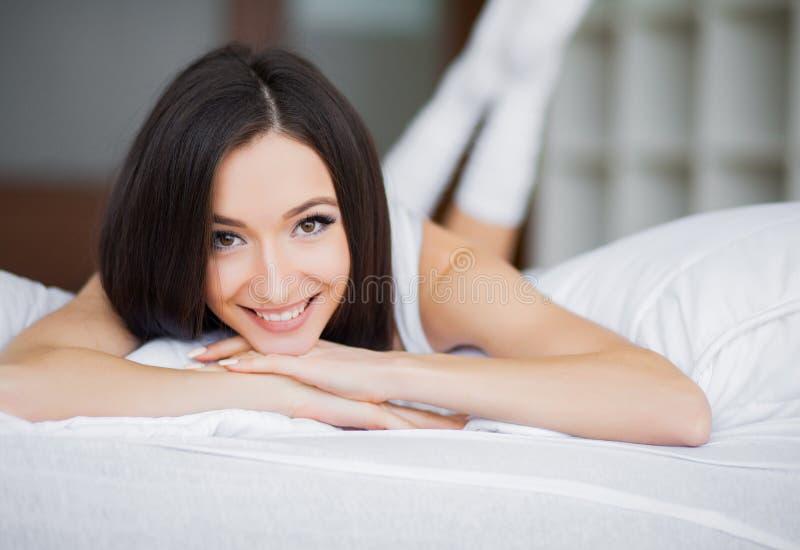 Ma?ana hermosa Mujer joven que despierta por la ma?ana imagenes de archivo