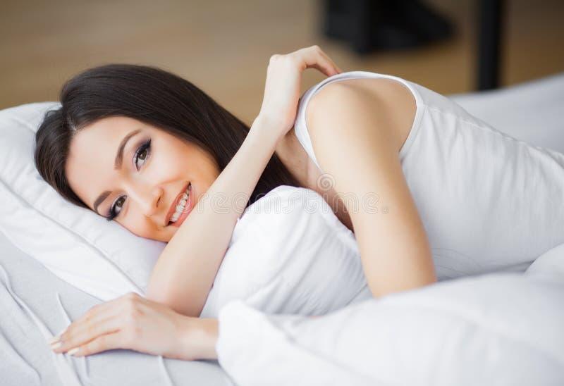 Ma?ana hermosa Mujer joven que despierta por la ma?ana fotografía de archivo libre de regalías