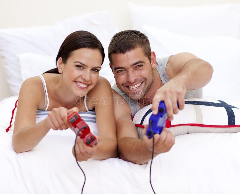 ma bawić się gra wideo pary łóżkowa zabawa obrazy stock